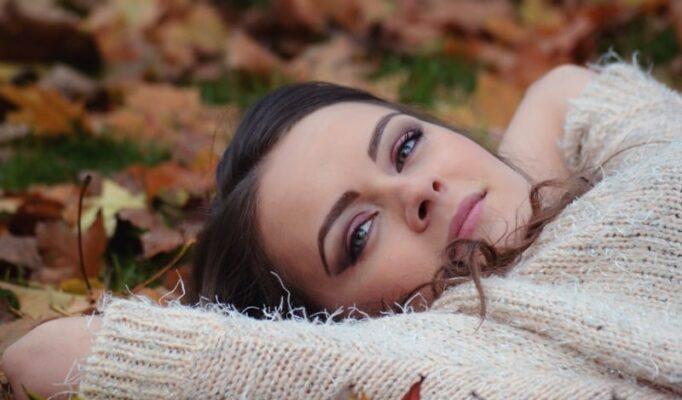 girl_lying_down_autumn_park_portrait_girl_in_the_park_beauty_make_up_portrait_park_autumn-1196518.jpg!d